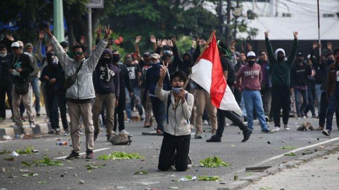 Terekam Kamera, Dua Orang Misterius Lempar Batu ke Arah Demonstran dari Atap Gedung DPRD