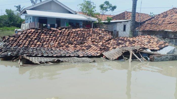 DERITA RASIM, Empat Hari Rumahnya Terendam Banjir, Saat Surut Mau Dibersihkan, Tiba-tiba Ambruk