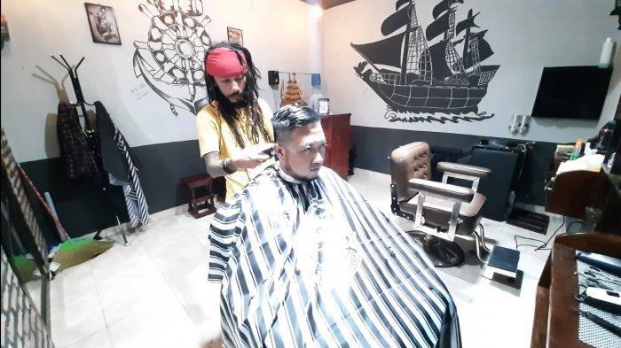 Ini Cerita di Balik Tukang Cukur di Cirebon Berpenampilan Seperti Jack Sparrow, Sejak 4 Tahun Lalu