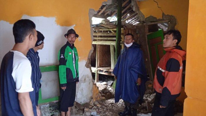 Hujan yang Mengguyur Sejak Dini Hari Akibatkan Longsor di Sukabumi Hingga Dinding Rumah Ini Jebol