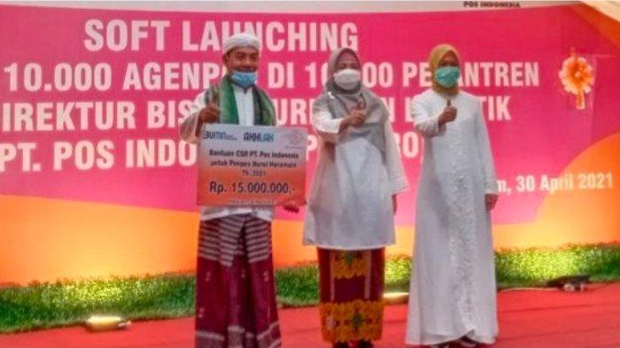 Direktur Bisnis Kurir dan Logistik PT Pos Indonesia (Persero) Siti Choiriana (kanan), Wakil Gubernur Provinsi NTB Siti Rohmi Djalillah (tengah), dan perwakilan dari Pesantren Nurul Haramain (kiri) pada soft launching Gerakan 10.000 Agen Pos Pesantren di Ponpes Nurul Haramain, Mataram, NTB, Jumat (30/4/2021).