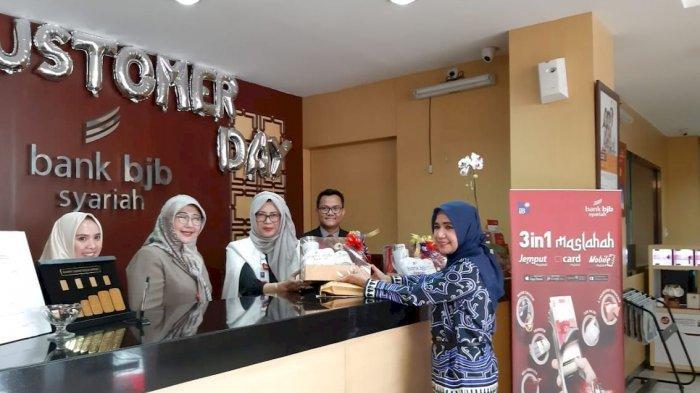 Hari Pelanggan Nasional, Direktur Kepatuhan Bank bjb Syariah Affiatty Sofia Mantin Layani Nasabah