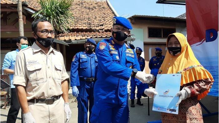 Ditpolairud Polda Jabar dan JR Putera Serahkan Klaim Asuransi kepada Tiga Nelayan Asal Mundu Cirebon