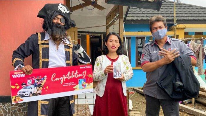 Dita Lismawati (tengah) saat menerima hadiah dari Smartfren Rejeki WOW