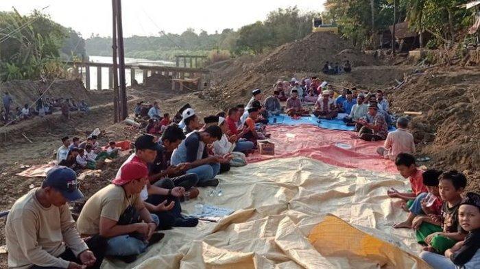 Banyak Kejadian Aneh Selama Revitalisasi Tanggul Sungai Cimanuk, Warga Desa Kertasemaya Doa Bersama
