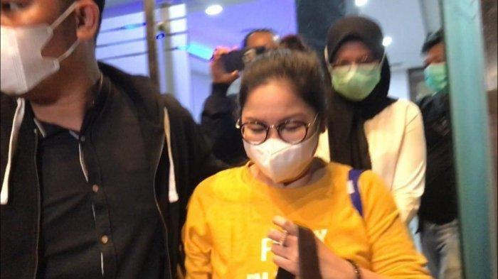 Dokter Lois keluar dari ruang penyidik Ditreskrimsus Polda Metro Jaya, Senin (12/7/2021) pukul 18.58 WIB.