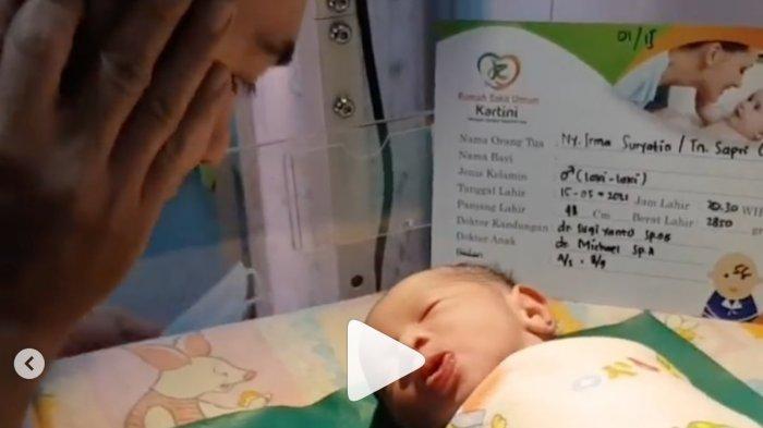 Suasana Haru, Detik-detik Dolly Wakili Sapri Lantunkan Azan untuk Anak Kedua Sapri yang Baru Lahir