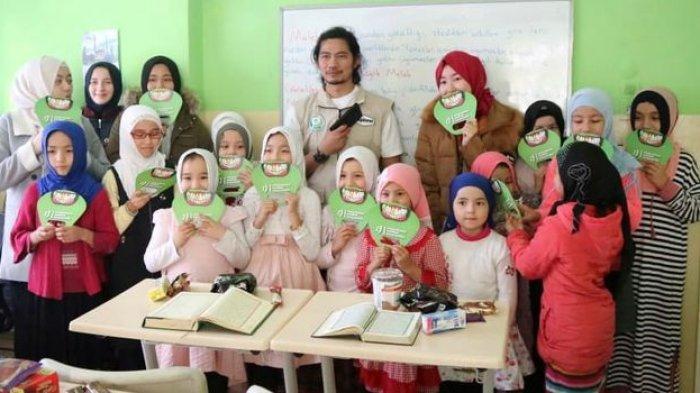 Donny Alamsyah bersama para pengungsi di Kamp Pengungsian Perbatasan Turki