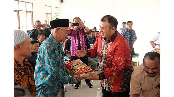 Petani di Kabupaten Bandung Terima Bibit Padi Hasil Inovasi Nuklir dari Anggota DPR RI