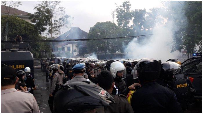 Massa Aksi di Depan DPRD Jabar Kembali Ricuh, Polisi Tembakkan Gas Air Mata