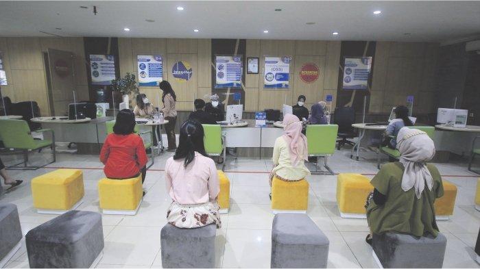 PELAYANAN ONLINE : Petugas memberikan penjelasan kepada konsumen yang akan melakukan perizinan secara online /  Online Single Submission (OSS)  di Kantor Dinas Penanaman Modal dan Pelayanan Terpadu Satu Pintu, Jalan Cianjur, Bandung, Kamis (3/6). Layanan OSS ini sebagai sistem yang mengintegrasikan seluruh pelayanan perizinan dengan tujuan memberikan kemudahan pelayanan terhadap konsumen.