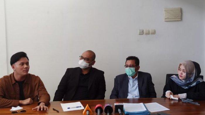 Dua anak Sule, Rizky Febian (paling kiri) dan Putri Delina (paling kanan), bersama kuasa hukum menggelar jumpa pers di Law Office Budaya & Associates, Jalan Ahmad Yani, Kota Bandung, Sabtu (19/12/2020). Mereka mengklarifikasi masalah dengan Teddy Pardiyana soal harta warisan.