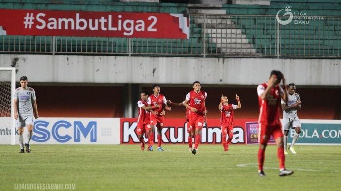 Dua bek Persib Bandung, Nick Kuipers (kiri) dan Victor Igbonefo (kanan), tertunduk setelah Persija Jakarta mencetak gol dalam final leg pertama Piala Menpora 2021 di Stadion Maguwoharjo, Sleman, Yogyakarta, Kamis (22/4/2021) malam.