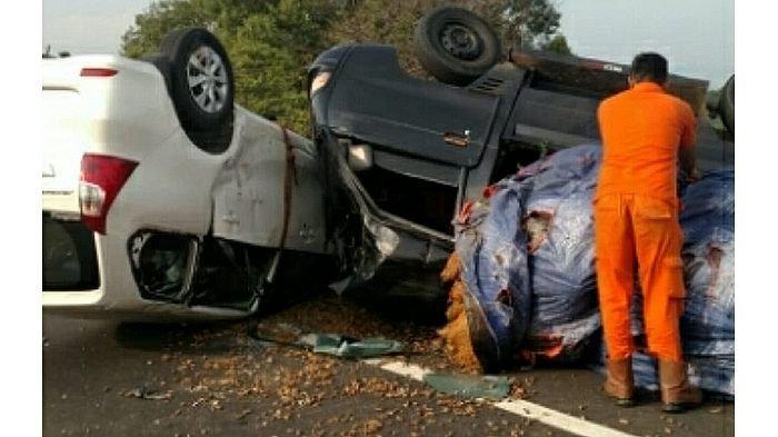 Dua Mobil Terbalik di Tol Cipularang, Setelah Salah Satu Mobil Menabraknya dari Belakang