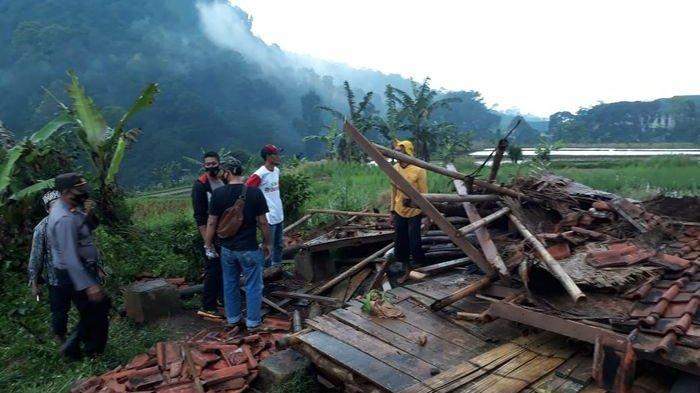 Cuaca Ekstrem Angin Kencang, Dua Orang Tewas Tertimpa Saung Ambruk di Cianjur