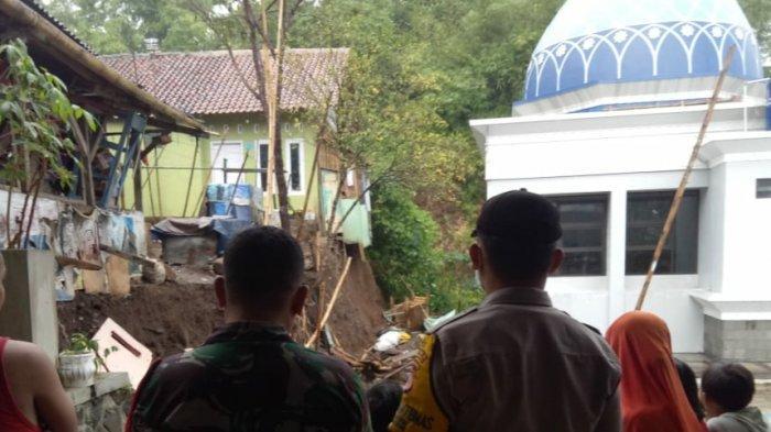 Dua Rumah Terancam Ambrol, Masjid Tertimpa Tembok Penahan Tebing yang Longsor