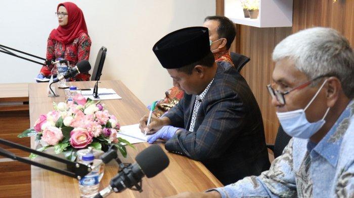 Guru Besar FPOK UPI, Prof Amung Ma'mun, duduk bersama Wagub Jabar.