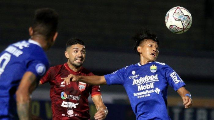 Duel udara pemain Persib Bandung saat melawan Borneo FC di Stadion Indomilk Arena, Tangerang, Kamis (23/9/2021)