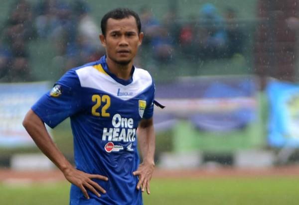 Pemain Persib Bandung Supardi Nasir memperkuat timnya saat melawan Persidafon Soro saat pertandingan Inter Island Cup 2012 di Stadion Siliwangi, Bandung, Rabu (5/12). Pertandingan dimenang tim Maung Bandung dengan skor (3-2).