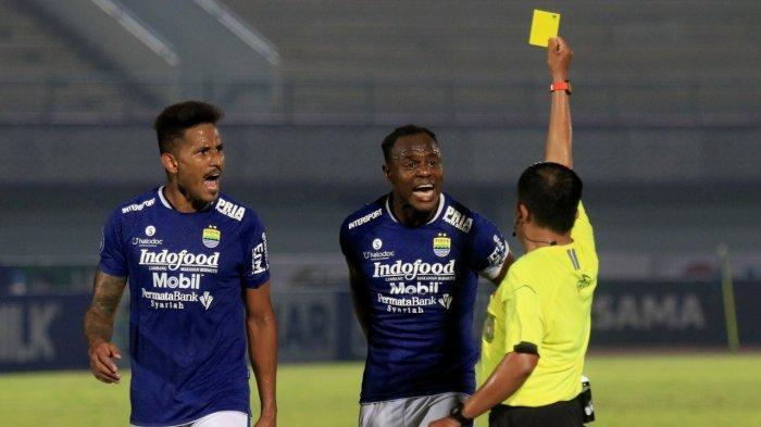 Bek Persib Bandung Victor Igbonefo bereaksi saat wasit mengeluarkan kartu kuning di laga Persib melawan Borneo FC di Stadion Indomillk Arena, Tangerang, Kamis (23/9/2021). Laga itu berakhir imbang