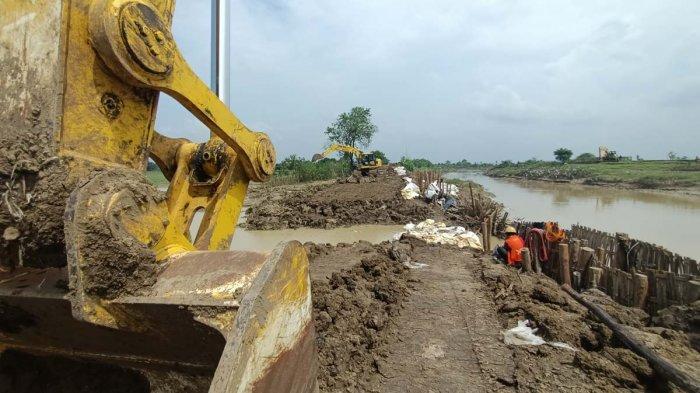 Perbaikan Tanggul Sungai Cipanas yang Jebol Dipercepat, Target Hari Ini Beres