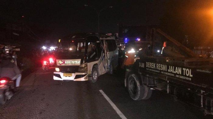 Kecelakaan Mobil Elf Terguling di Jalan Raya Plumbon, Oleng di Tikungan dan Tabrak Pembatas Jalan