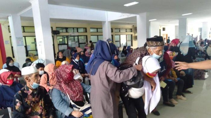 Tidak tersedianya cukup kursi roda untuk pasien yang berobat di RSUD dr Slamet Garut membuat Elin Rani (28) terpaksa menggendong sang ayah, Rabu (20/4/2021) siang.
