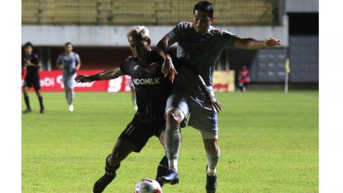 BEREBUT BOLA : Pemain Persib Bandung Esteban Vizcarra (kanan) berebut bola dengan pemain Persita Tangerag Muhammad Toha pada pertandingan Piala Menpora 2021 di Stadion Maguwoharjo, Sleman, Jawa Tengah, Senin (29/3). Pertandingan dimenangkan Persib Bandung dengan skor (3-1).