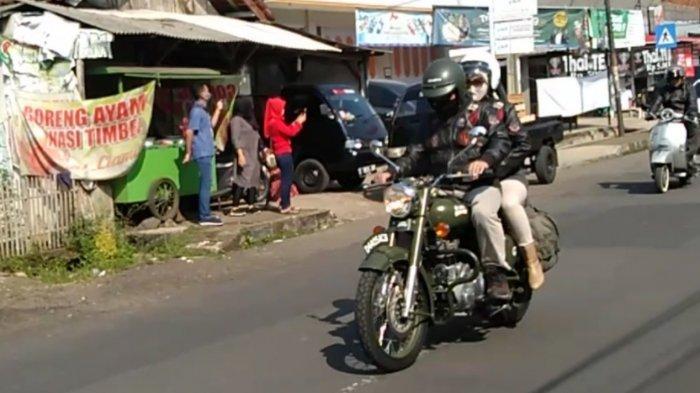 Dengan Memakai Motor Klasik Ridwan Kamil dan Istri Blusukan Bagikan Bantuan Warga Terdampak PPKM