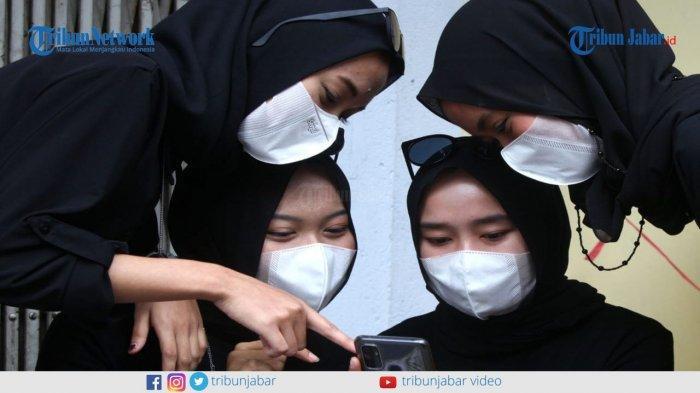 Empat perempuan cantik berhijab, Dinda Luciana, Irma Puji Nurhannisa, Meli Puspita, dan Tri Wulan Sari membuat aksi Batik Challenge di Jalan Braga, Bandung, Kamis (4/2/2021).