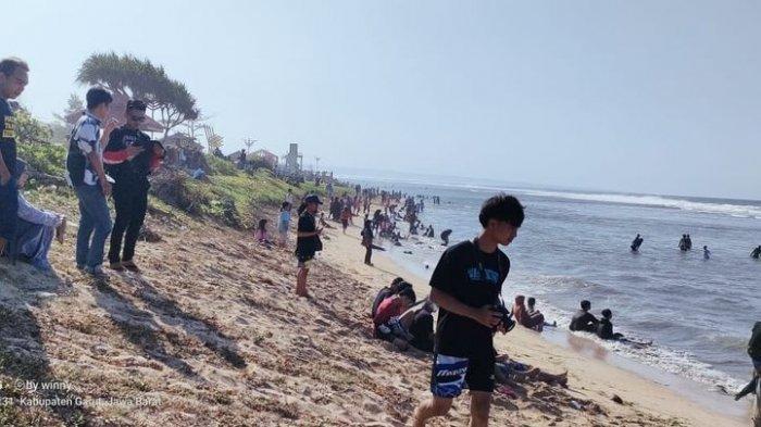 Suasana di Pantai Sayang Heulang Garut, Minggu (16/5/2021). Empat orang tenggelam di pantai ini pada Minggu sekitar pukul 07.30 WIB. Satu orang dinyatakan hilang.