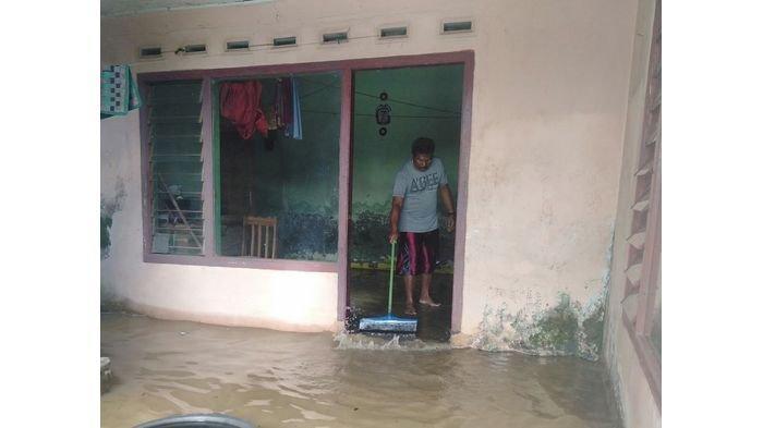 Banjir di Sukaresik Kabupaten Tasikmalaya Mulai Surut, Warga Ramai-ramai Bersihkan Rumah
