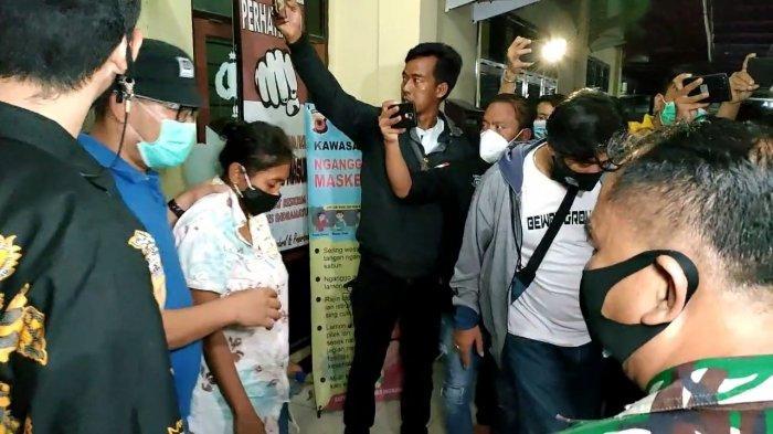 Dandim 0616/Indramayu Letkol Inf Teguh Wibowo dan Kapolres Indramayu AKBP Hafidh S Herlambang saat mengungkap penangkapan penculikan anak prajurit TNI Kodam Jaya di Mapolres Indramayu, Jumat (21/5/2021) malam.
