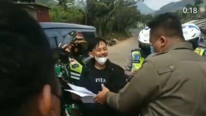 Epy Kusnandar alias Kang Mus saat dicegat petugas penyekatan