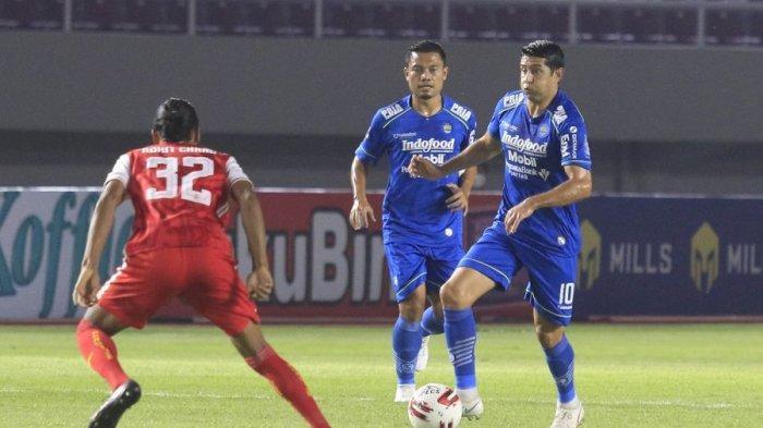 Gelandang Persib Bandung Esteban Vizcarra berusaha melewati gelandang Persija Jakarta Rohit Chand dalam laga leg kedua final Piala Menpora, Minggu (25/4/2021).