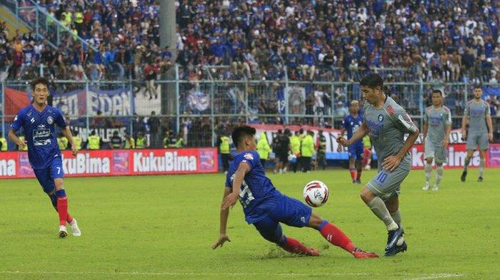 Gelandang Persib Bandung, Esteban Vizcarra, melewati adangan pemain Arema FC di Stadion Kanjuruhan Malang, Minggu (8/3/2020).