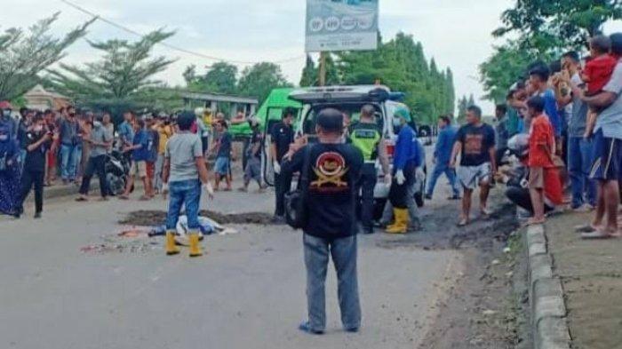 Evakuasi korban kecelakaan di Brebes, Jawa Tengah, Jumat (19/2/2021).