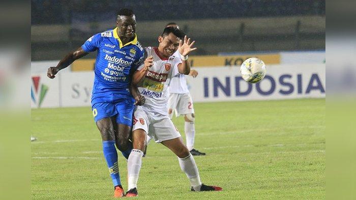 Ezechiel N Douassel dalam laga Persib Bandung vs Perseru Badak Lampung FC di Stadion Si Jalak Harupat, Senin (16/12/2019). Tuan rumah menang telak 4-0, Eze mencetak dua gol.