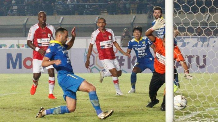 Pemain Persib Bandung Arthur Gevorkyan (kiri) berhasil menjebol gawang Persipura Jayapura pada pertandingan Liga 1 2019 di Stadion Si Jalak Harupat, Kabupaten  Bandung, Sabtu (18/5). Pertandingan dimenangkan Persib Bandung dengan skor (3-0).