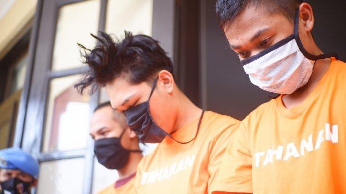 TERBARU Foto Ferdian Paleka dan Dua Temannya Kenakan Baju Tahanan, Rambut Berantakan, Muka Tertunduk