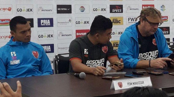 Ferdinand Sinaga dan Robert Rene Alberts dalam sesi konferensi pers sesudah pertandingan di Stadion Gelora Bandung Lautan Api (GBLA), Rabu (23/5/2018).