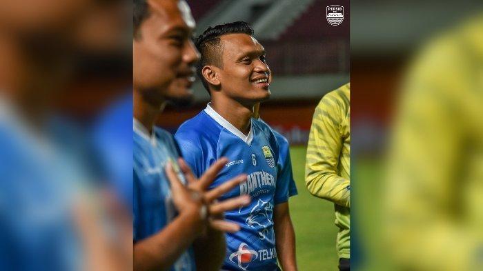 Ferdinand Sinaga tersenyum saat Persib Bandung menggelar latihan resmi menjelang laga melawan Bali United.
