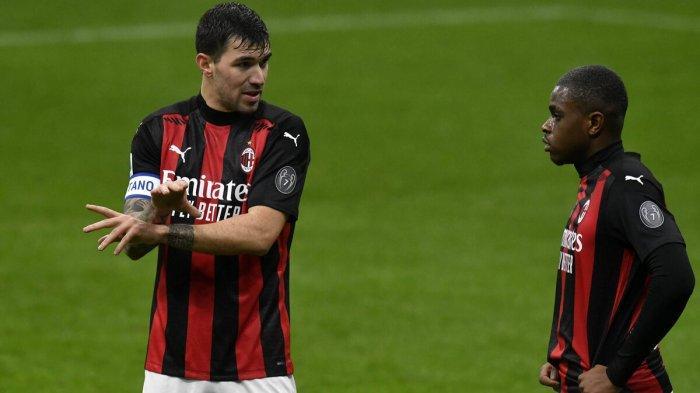 Dua bek AC Milan, Fikayo Tomori dan Alessio Romagnoli (kanan)