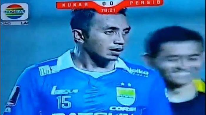 Pemain Persib Bandung, Firman Utina seusai melakukan tendangan bebas saat melawan Mitra Kukar di Stadion Aji Imbut Kalimantan Timur, Minggu (4/10/2015).