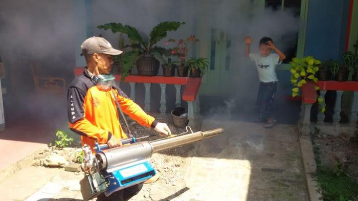 Asap Fogging Mengepul di Pameungpeuk