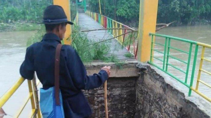Fondasi Jembatan Pelangi Cibuntu Sukabumi Ambles, Warga Merana