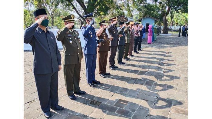 Peringati HUT Ke-75 TNI, Forkopimda Subang Gelar Upacara Ziarah Nasional ke TMP Cidongkol