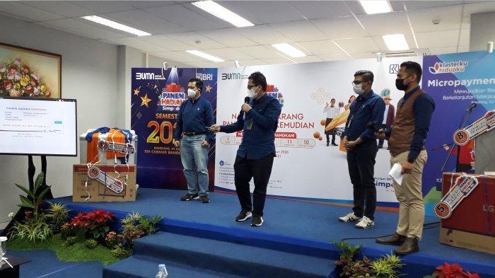 Wakil Pemimpin BRI Bandung Eka Ahmad Djatnika didampingi Pgs. Kepala Bagian Bisnis Mikro BRI Kanwil Bandung Moni Saioku dan Pemimpin Cabang BRI Bandung Kopo Eldi Ledelsa sedang pengundi pemenang hadiah Grand Prize PHS BRI.*