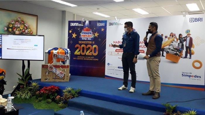 Pemimpin Cabang BRI Bandung Kopo Eldi Ledelsa sedang pengundi pemenang hadiah utama dua PHS BRI berupa 8 unit sepeda motor Mio.*
