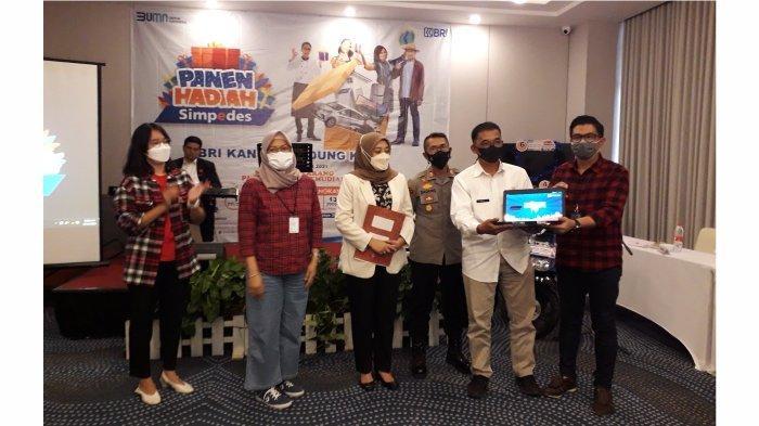 Pemimpin Cabang BRI Bandung Kopo Eldi Ledelsa, Kepala Bagian Bisnis Mikro Kanwil BRI Bandung Firiany Dewi Zairina bersama para saksi membuka laptop yang masih tersegel sebagai alat pengundi.*
